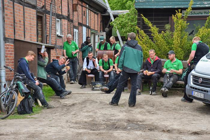 Schütte Holzbau Uelzen - Team beim Grillen