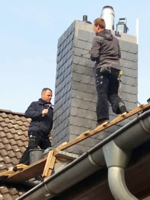 Schütte Holzbau Uelzen - Dachdeckerarbeit am Schornstein